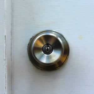 doorkob on white, beatup door