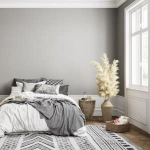 a furnished bedroom with gray walls (Photo by © ykvision - stock.adobe.com)