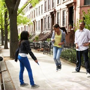 Father jumping rope with daughters (Photo by Chris Clinton/DigitalVision via Getty Images)