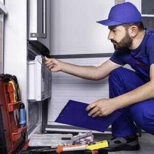 Refrigerator repairman (Photo by sefa ozel / E+ via Getty Images)
