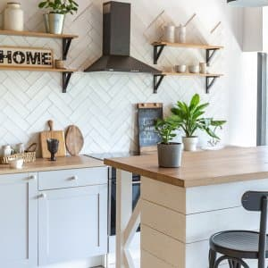 Cute white and wood kitchen (Photo by 4595886 - stock.adobe.com)