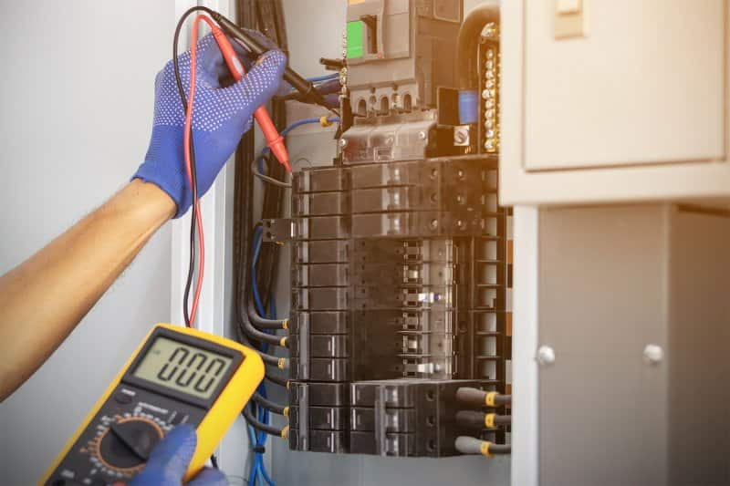 Electrician working on fixing a circuit breaker box (Photo by ETAP – stock.adobe.com)