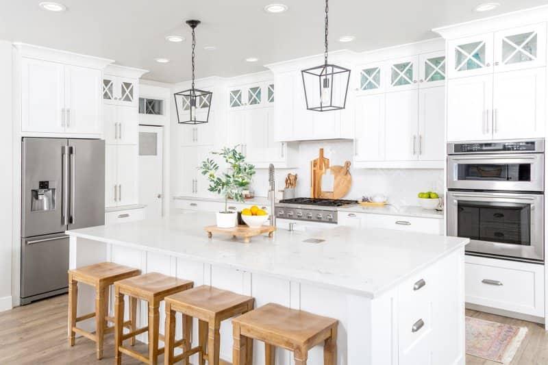 white modern farmhouse kitchen design (Photo by LUGOSTOCK - stock.adobe.com)