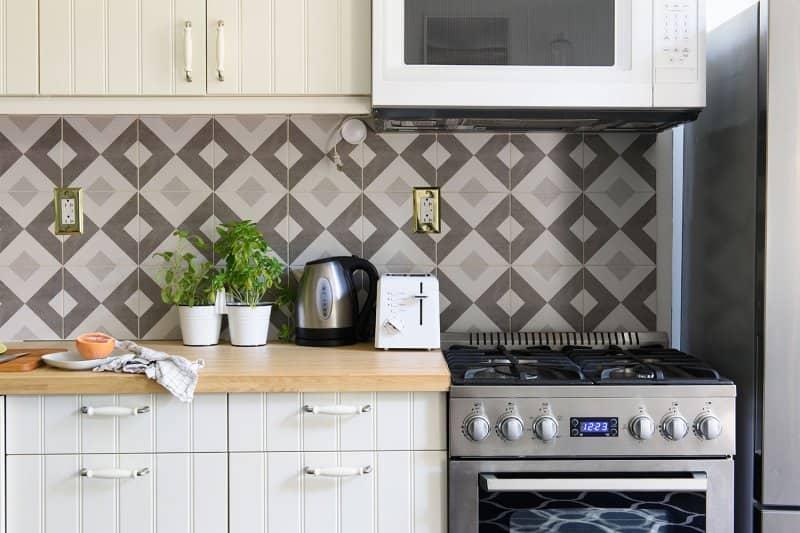 grey kitchen wall backsplash (Photo by Cavan Images/Cavan via Getty Images)