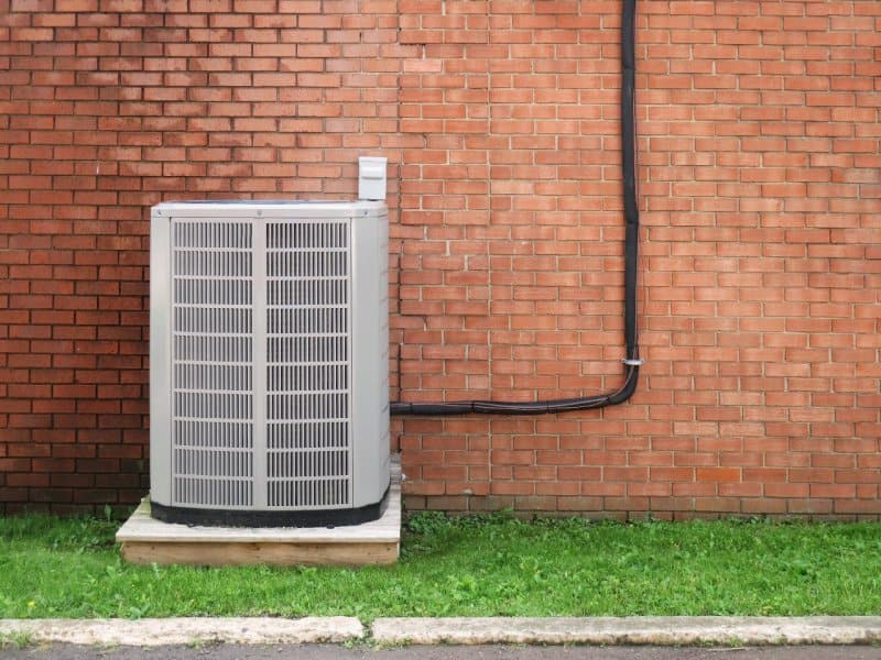 hvac air conditioner in front of brick wall (Photo by  Thelma Lanteigne / EyeEm/ EyeEm/Getty Images.)