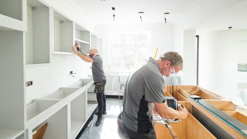 Team installing a kitchen (Photo by sturti / E+ via Getty Images)