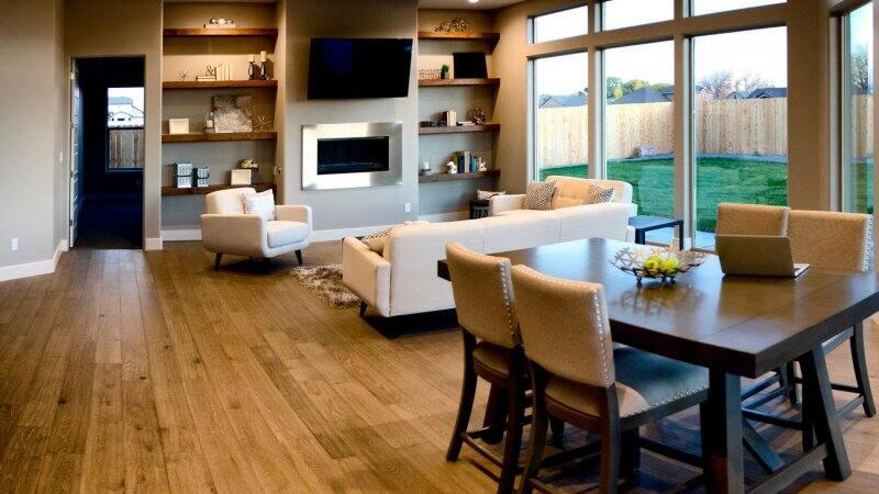 Hardwood flooring in living room (Photo by Robert Ingelhart / E+ via Getty Images)