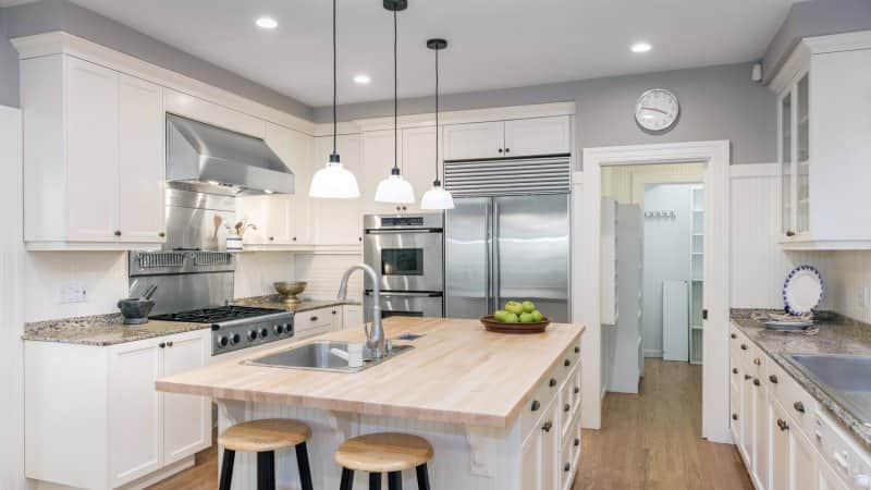 A luxurious kitchen with wooden floors and a kitchen island (Photo by coralimages - stock.adobe.com)