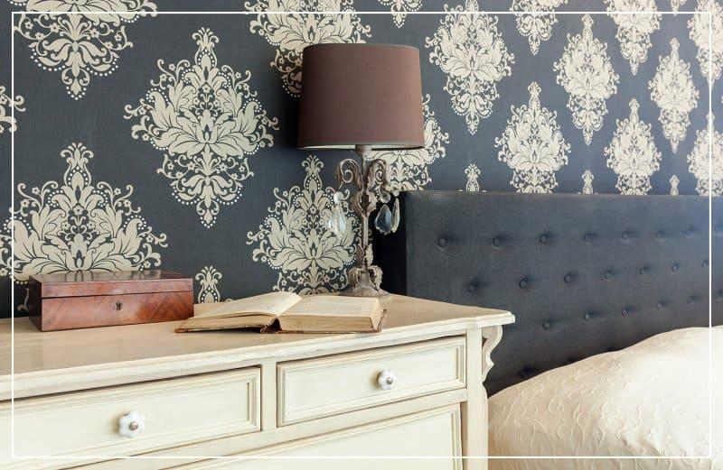 vintage wallpaper in bedroom  (Photo by Photographee.eu/Shutterstock.com)