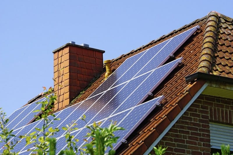 Roof with solar panels (Photo by © Westend61 / Getty Images.)