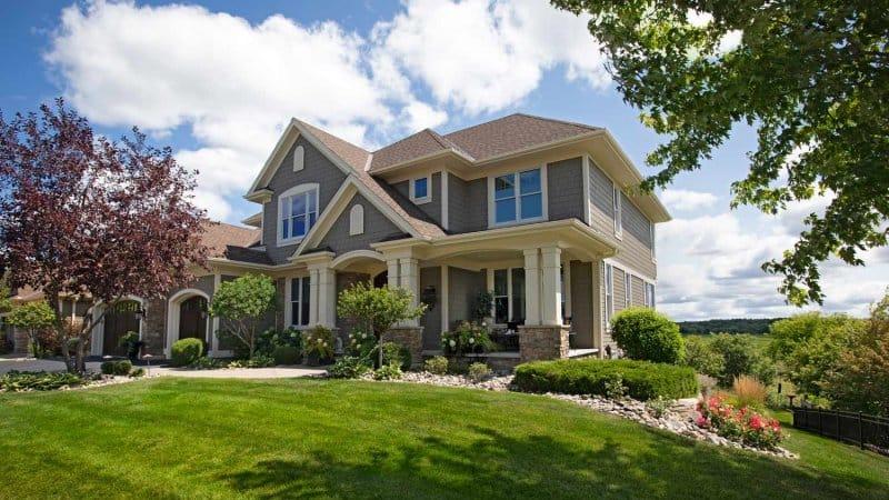 A suburban, luxurious house with a big garden (Photo by Xacto/E+ via Getty Images)