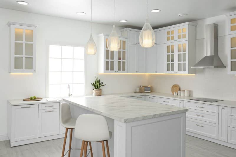 clean white kitchen design (Photo by New Africa - stock.adobe.com)