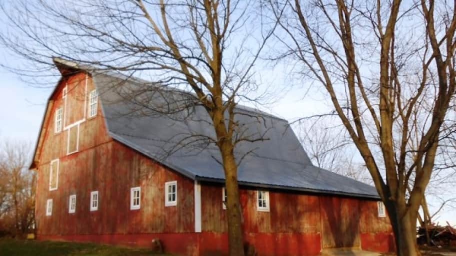 Barns in need of painting often invite door-to-door scam artists. (Photo courtesy of Angie's List member Elizabeth B. of Princeton, Ill.)