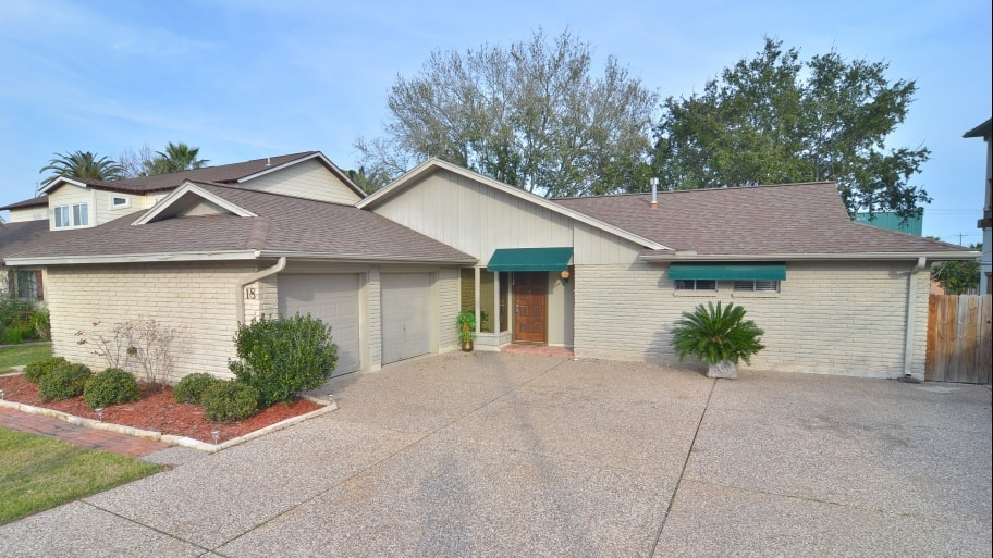 house with large driveway