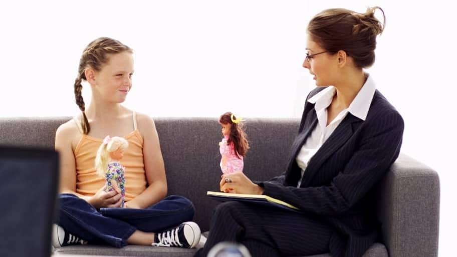 A psychiatrist talks with a girl