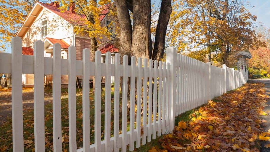 Picket fence in the fall