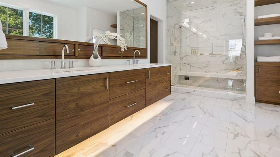 Modern midcentury bathroom with marble tile (Photo by PC Photography/iStock/Getty Images Plus via Getty Images)