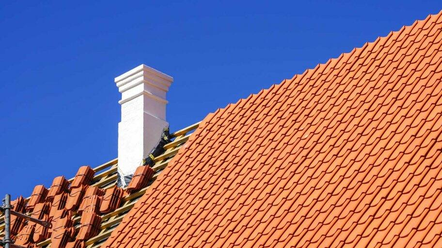 Replacement of roof clay tiles of a wooden house